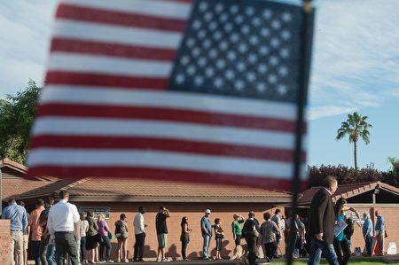 摇摆州亚利桑那州选民耐心等候投票。(LAURA SEGALL/AFP/Getty Images)
