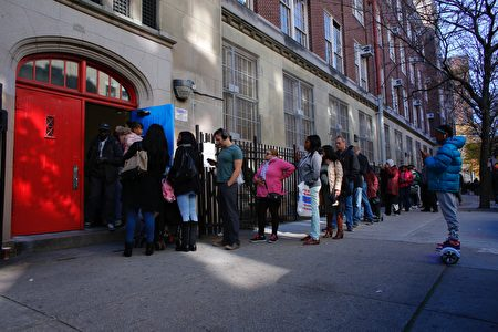 People wait in line outside a school to vote in the presidential election November 8, 2016 in the Harlem Borough in New York City. / AFP / KENA BETANCUR (Photo credit should read KENA BETANCUR/AFP/Getty Images)