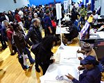 星期二是美国总统大选投票日,众多选民在投票站排起了长龙。(KENA BETANCUR/AFP/Getty Images)