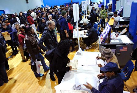 People wait in line cast their vote at Samuels Community Center in the presidential election November 8, 2016 in the Harlem neighborhood of New York City. / AFP / KENA BETANCUR (Photo credit should read KENA BETANCUR/AFP/Getty Images)