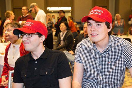 11月8日,兩名支持川普競選的美國年輕人在達拉斯共和黨大選夜慶祝現場,看到川普得票上升後露出笑容。 (LAURA BUCKMAN/AFP/Getty Images)