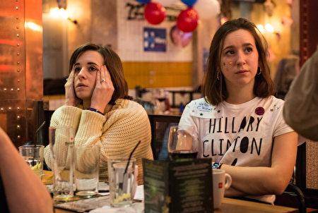 在倫敦的一個酒吧,美國民主黨及希拉里支持者正在觀看大選開票情況,當見到希拉里落後時一籌莫展。(Chris J Ratcliffe/Getty Images)