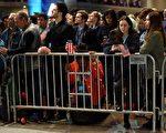 在看到希拉里獲勝希望渺茫後,聚集在紐約賈維茨展覽中心的支持民眾神色黯然。(DON EMMERT/AFP/Getty Images)