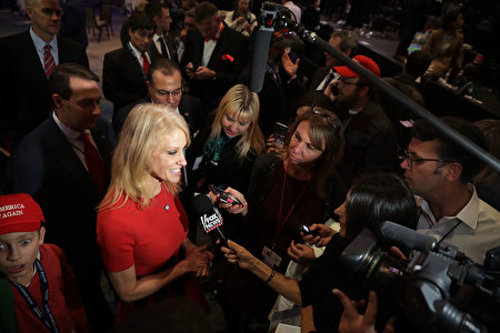 川普打败希拉蕊,将成为白宫的新主人,其最大功臣之一就是竞选总干事、四个孩子的妈妈康威。(Chip Somodevilla/Getty Images)