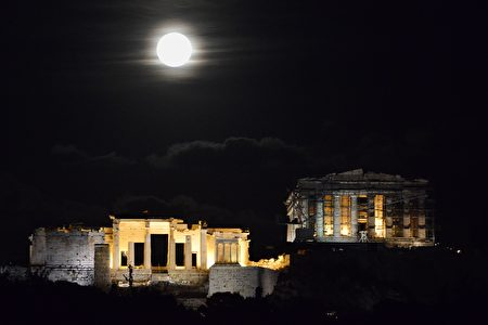 """The 'Supermoon' rises above the Ancient Acropolis hill in Athens on November 14, 2016. The moon will be the closest to Earth since 1948 at a distance of 356,509 kilometres (221,524 miles), creating what NASA described as """"an extra-supermoon"""". / AFP / LOUISA GOULIAMAKI (Photo credit should read LOUISA GOULIAMAKI/AFP/Getty Images)"""