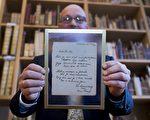 11月22日,安妮生前的手寫詩歌在Haarlem一家拍賣行拍出14萬歐元成交價。(KOEN SUYK/AFP/Getty Images)