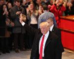 美國總統當選人川普(Donald Trump)週六指責威斯康辛州(Wisconsin)著手展開的重新計票是一場「騙局」。圖:11月22日,川普經過《紐約時報》編輯部時,向人群致意。(Spencer Platt/Getty Images)