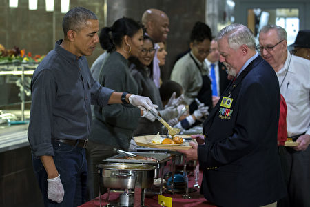 美国总统奥巴马在周三赦免火鸡,携全家一起做义工。(Shawn Thew - Pool/Getty Images)