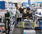 2016年感恩节购物已经开跑,根据最新调查显示,网上购物占消费者购物总额的51%,首次超过了传统实体商店。就连在商店购物的人也紧盯手机上的价格匹配软件留意打折信息。 (Tasos Katopodis/Getty Images)