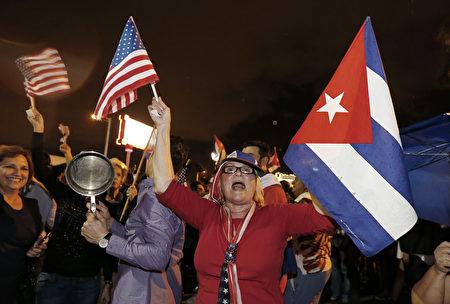 卡斯特罗去世,美国佛罗里达州迈阿密的小哈瓦那街区洋溢着一片欢欣鼓舞的气氛,古巴裔美国人上街庆祝祖国获得自由。(RHONA WISE/AFP/Getty Images)