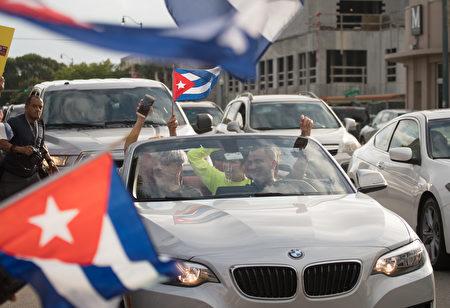 卡斯特罗去世,美国佛罗里达州迈阿密的小哈瓦那街区洋溢着一片欢欣鼓舞的气氛,古巴裔美国人上街庆祝祖国获得自由。(Angel Valentin/Getty Images)