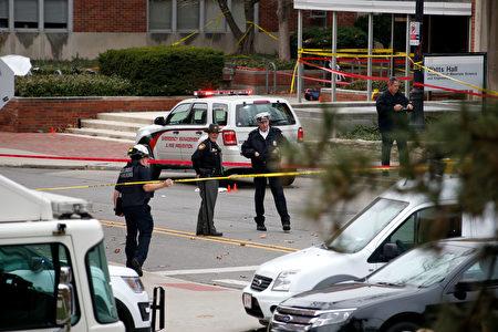 2016年11月29日,美国俄亥俄州立大学教授克拉克泪忆受攻击瞬间,感谢第一时间赶到现场击毙凶手的校警救了大家。(Kirk Irwin/Getty Images)
