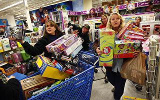 """11月27日位于美国德州的一家玩具反斗城内,消费者采购""""黑色星期五""""的折扣商品。(Tom Pennington/Getty Images)"""