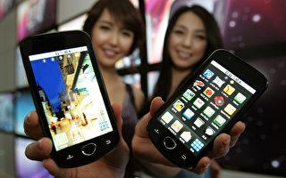花50美元,你就可以买到一台高清晰度、快速数据服务的智能手机。但是它还可能有一个秘密功能:每72小时向中国发送你的所有短信。 (Chung Sung-Jun/Getty Images)