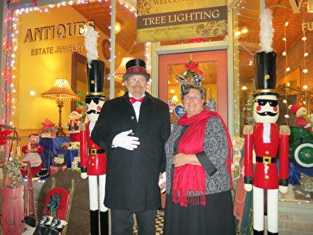 Trasy Racine和Patty Racine是一家古董店的老闆。Patty喜愛華人舞獅隊在遊行活動中的表演。(岳迪/大紀元)