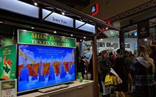 黑色星期五购物热潮从感恩节的午夜就已开始。图为凌晨两点多尔湾购物商场的人潮。(徐绣惠/大纪元)