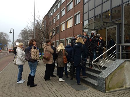 德國德紹地方法院門前排隊等待旁聽的人們。(周仁/大紀元)