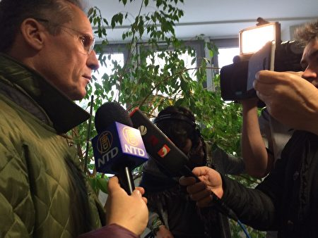 代理李洋潔母親的律師謝夫納(Tilmann Scheffner)接受媒體採訪。(周仁/大紀元)