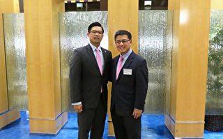 """""""亚太会计师协会""""11月13日举办成立大会。图为创会会长尤信砚(左)与加州财政部长江俊辉。(袁玫/大纪元)"""