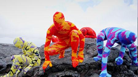 编织者Olek创作的毛线人体雕塑。(电影节提供)