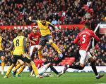 吉鲁(中)的绝杀进球,帮助阿森纳在客场1-1逼平曼联。 (Michael Regan/Getty Images)