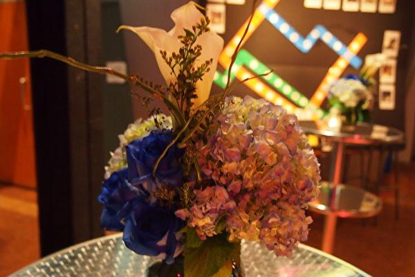 用來裝飾會場的花朵都是Floranthropie義工組織從婚禮活動回收製作的,環保有愛。(蔣真/大紀元)