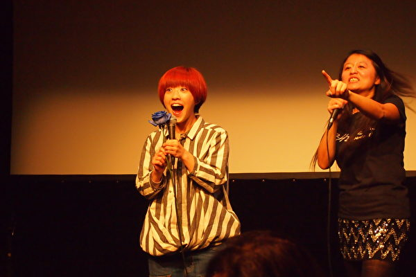 女主角莊鵑瑛小姐和活動主持人與現場觀眾歡樂互動。(蔣真/大紀元)