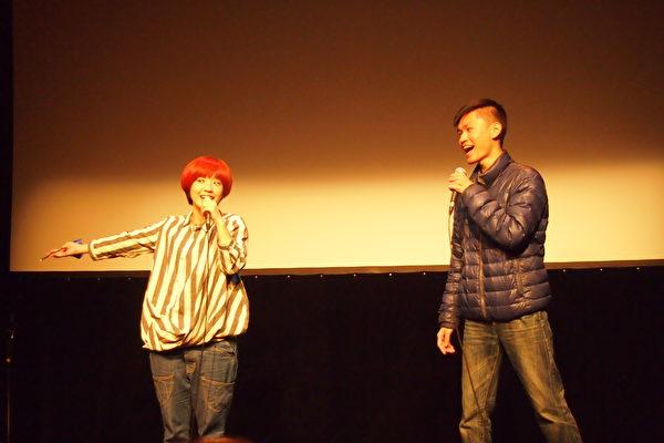 莊鵑瑛和歌迷現場合唱了棉花糖樂隊的歌曲。(蔣真/大紀元)