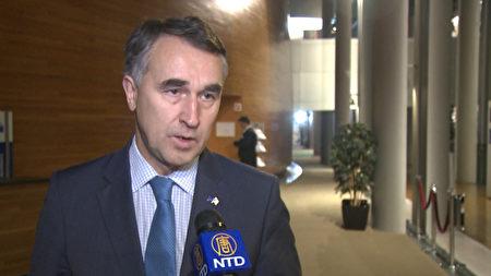 来自立陶宛的欧洲议会外交事务委员会成员 Petras Austrevicius接受媒体采访。(新唐人)