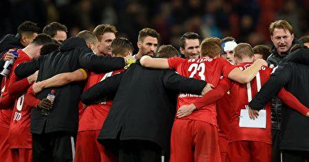德甲升班马莱比锡在客场3-2力克勒沃库森,取得联赛六连胜,挤下拜仁,登上德甲积分榜首。(PATRIK STOLLARZ/AFP/Getty Images)