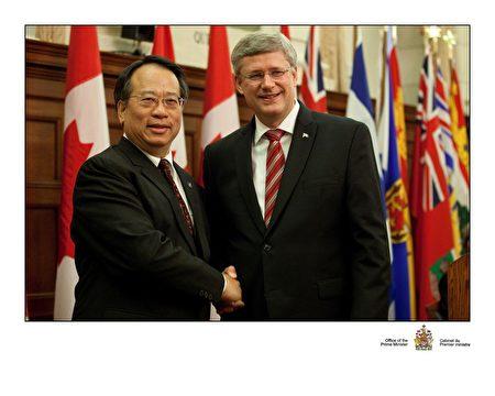 梁中心和加拿大前总理哈伯。(本人提供)