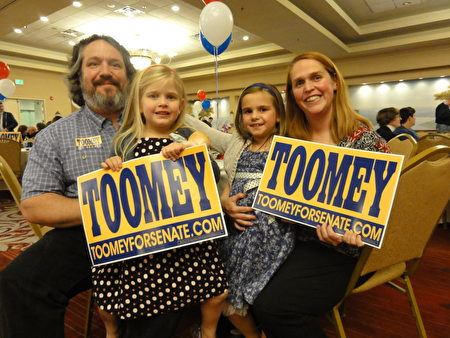 6歲的Sarah(右二)與Pat Toomey參議員的小兒子同在一個足球裡。兩家的家長每週末都會在足球訓練場上相見,因此成了好朋友。Sarah和妹妹Anna(左二),爸爸媽媽一起參加了集會。(司瑞/大紀元)