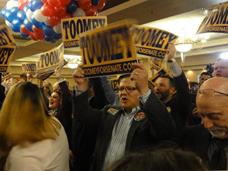 Pat Toomey參議員勝選後,所有的人齊聲高唱「神祐美國(God Bless America)」,並高呼「美國、美國(USA、USA)」。許多人相互擁抱,擊掌歡呼慶賀。不少年紀大的支持者們都說:「太棒了,神在這裡!」(司瑞/大紀元)