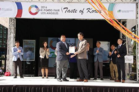 亚凯迪亚市长PeterAmundson(左一)向活动主办方颁发褒奖。 (李兰/大纪元)