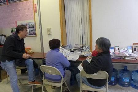 纽约华人在联成公所,就支持哪位总统候选人,讨论得热火朝天。 (蔡溶/大纪元)