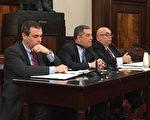 警方在市议会就《反滋扰法》作证,中为纽约市警察局负责法律事务的副局长拜纳(Lawrence Byrne),右为助理副局长梅斯纳(Robert F. Messner)。 (钟鸣/大纪元)