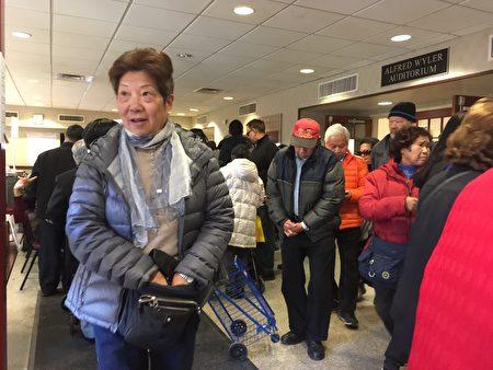 法拉盛凯辛娜大道本杰明犹太自助老人中心投票站等候的投票的选民要排4条队,华人选民投票踊跃。