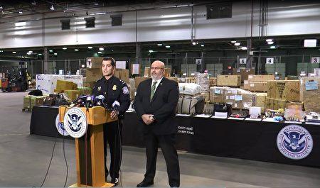 美国国土安全调查局官员(右一)和海关及边境保护局官员(左一)提醒,消费者在购物季不要购买假货,对假货予以严厉打击。