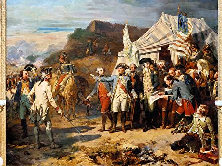 《约克镇之围》(Prise de Yorktown),4.65米高,5.43米长,Auguste Couder绘于1836年,收藏于凡尔赛宫战争廊。它描绘了在1781年约克镇战役的一个场景:左边穿白色法国军服的是法国罗尚博将军,他身旁是拉法耶特将军,对面右侧是华盛顿将军在下达最后一道命令。(维基公共领域)