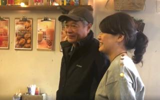 记者采访当天巧遇李安前来吃饭,老板娘Peggy开心地与李安合照。 (奥利弗/大纪元)