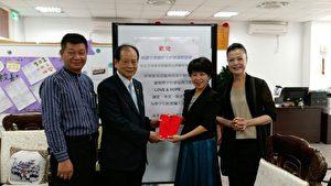 吴正宗理事长代表协会捐赠南崁高中。(南崁高中/提供)