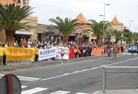 11月24日,在访问南美三国的返程途中,中国国家主席习近平访问西班牙加那利群岛时,遇到法轮功学员和平请愿。(大纪元)