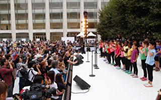 2014年,道顿尔学校合唱团在林肯中心广场表演。 (Thos Robinson/Getty Images for Shinnyo-en)