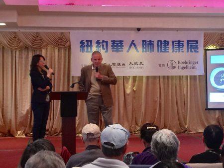 西奈山肺病专家Edward Eden(右)在新唐人健康展上讲解慢阻肺的诊治和预防。