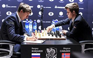 卫冕世界棋王卡尔森(右)碰到了强有力的挑战者,俄罗斯的卡尔亚金(左) (EDUARDO MUNOZ ALVAREZ/AFP/Getty Images)