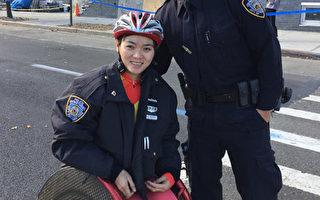 瓦倫丁警官給鄒麗紅披上警服御寒,鄒麗紅愉快地和瓦倫丁警官一起拍照留念。 (紐約市警局提供)