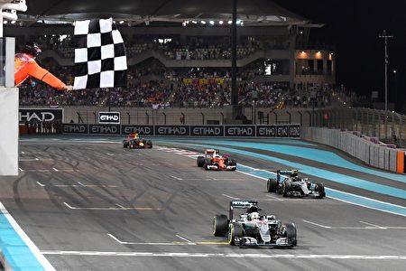 比赛冲线时,前三位车手之间的距离只有0.843秒。(ANDREJ ISAKOVIC/AFP/Getty Images)