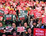 """数十万名韩国民众19日晚在首尔市中心举行大规模集会游行,敦促朴槿惠就""""亲信干政""""事件辞职。这也是该事件曝光以来,韩国民众连续四周举行大规模周末抗议活动。(全景林/大纪元)"""