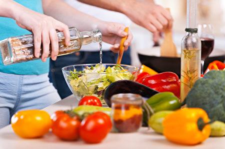 您可以用醋取代蛋黄酱来凉拌胡罗卜卷心菜沙拉或黄瓜沙拉,或将醋淋在煮熟的蔬菜上。(g-stockstudio/shutterstock)