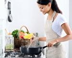 以簡單為原則,提前做準備,烹飪健康家庭西餐的過程也可以輕鬆享受!(Daxiao Productions/Shutterstock)